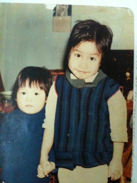Hai chị em Mỹ Linh (cao) và Mỹ Dung (thấp hơn) ngày còn bé.