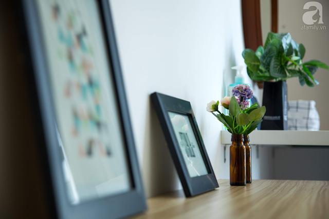 Tranh treo tường màu sắc ấm cúng cho căn phòng ngủ thêm cảm giác bình yên.