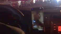 """Tài xế taxi thản nhiên xem """"phim người lớn"""" khi đang lái xe chở khách"""