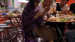 Không váy cưới, cô dâu diện combo áo mưa, nón lá và dép tổ ong về nhà chồng