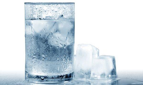 Có thể chúng ta đều đã biết, nước uống lạnh có thể gây ra những hiện tượng như co thắt đường tiêu hóa, đau bụng, khó tiêu, thiếu máu,...  hình ảnh