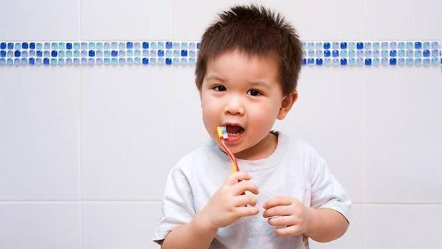 Tập đánh răng cho bé, dù muộn đến mấy cũng không được quá thời điểm này