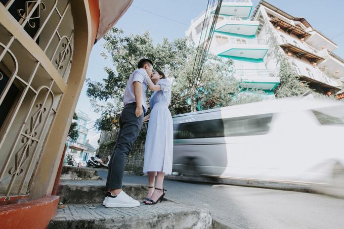 Một tấm hình khác lột tả về tình yêu bình dị, gần gũi của cặp vợ chồng. Uyên ương diện đồ tông xuyệt tông mang gam màu xanh nhạt trong những tấm hình cưới.