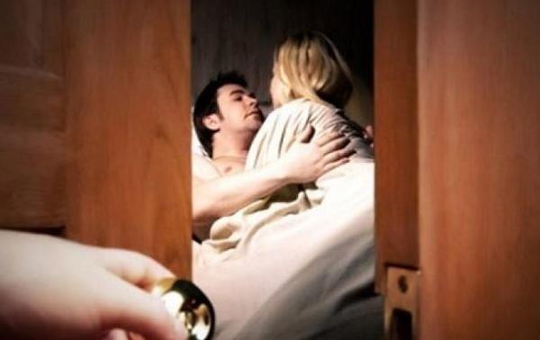 Tẽn tò xấu hổ hết nấc với mẹ chồng chỉ vì một hiệu lệnh bí mật với chồng lúc làm chuyện ấy