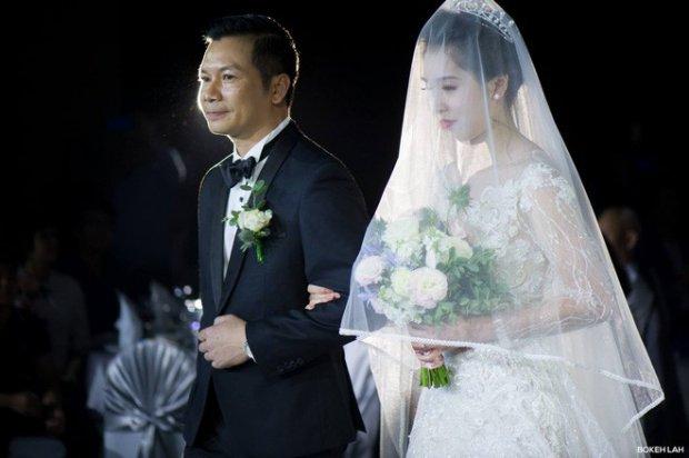 Đám cưới đẹp lung linh như cổ tích và không kém phần hoành tráng theo phong cách biển cả của hai người đã diễn ra tại một khách sạn 5 sao ở Hà Nội vào tháng 3 đã thu hút được rất nhiều sự quan tâm của cộng đồng mạng. Ảnh: Trần Việt Thụy.