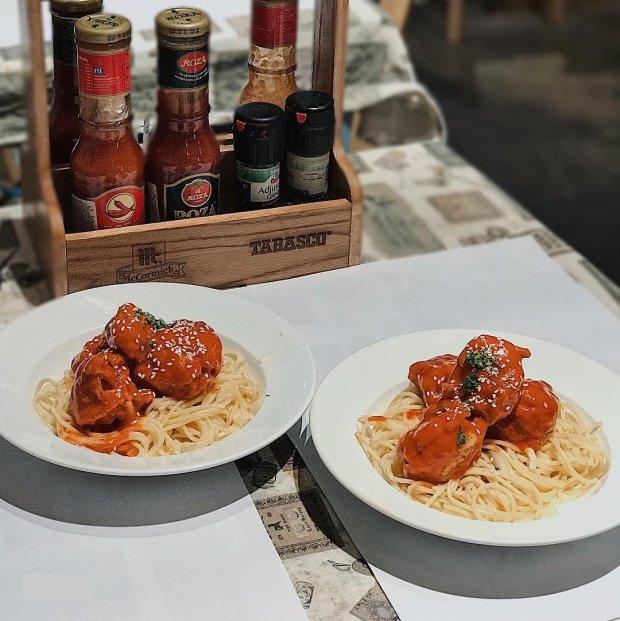 """Spaghetti gà giòn sốt kem - món """"best seller"""" tại Hẻm. Thịt gà được chiên sơ với lớp bọc giòn bên ngoài mà vẫn mọng nước ở trong, nhúng ngập trong sốt kem sền sệt nhưng không quá béo, đủ để làm xiêu lòng bất kì ai (Ảnh @hilaceyy)"""