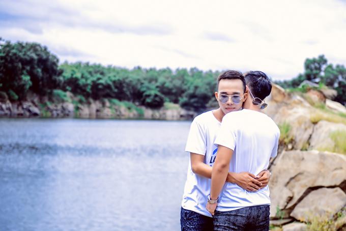 Theo Nguyễn Tân, Minh Hóa luôn đối xử tốt với anh và bạn bè xung quanh. Hóa biết quan tâm, lo lắng, chia sẻ với Tân những lúc mà cậu gặp khó khăn và là người chồng tuyệt hảo.