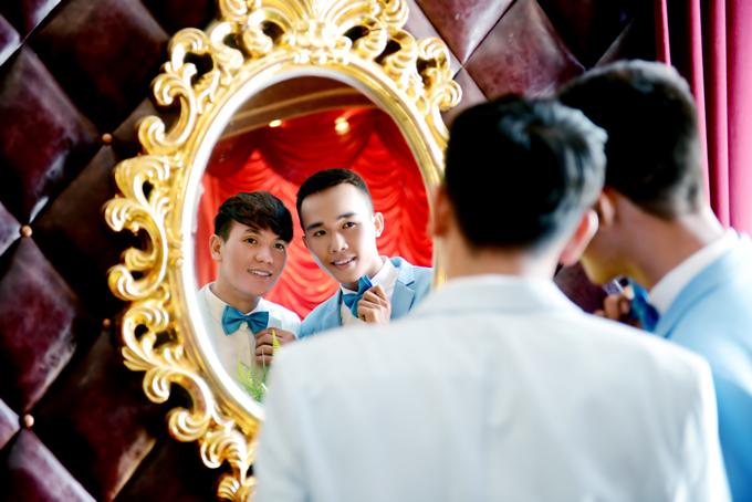 Nhân vật chính của bộ hình làchú rể Minh Hóa (27 tuổi, đầu bếp) vàchú rể Nguyễn Tân (22 tuổi, nhân viên ngân hàng kiêm MC) đều sinh sống và làm việc tại Tây Ninh. Bộ ảnh được thực hiệnnhanh chóng trong vòng một ngày.