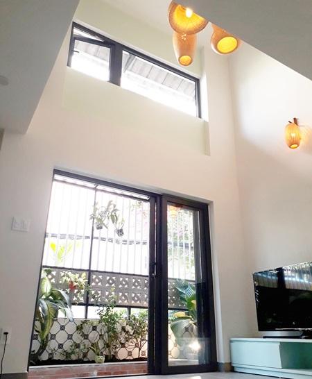 Với mong muốn căn nhà luôn tràn ngập ánh sáng và thoáng gió, KTS Chế MinhHùng (Công ty Hamico)sử dụng cửa kính và khung rào cửa bằng sắt thưa đểcả nhàđược tiếp xúc với ánh sáng tự nhiên.
