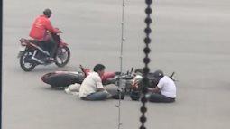 Sau va chạm giao thông,  hai tài xế ngồi đối diện nhau 'tâm sự'
