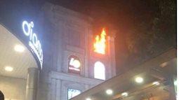 Hồ Ngọc Hà bất ngờ dừng hát để xem tình hình cháy tòa nhà Diamond Plaza