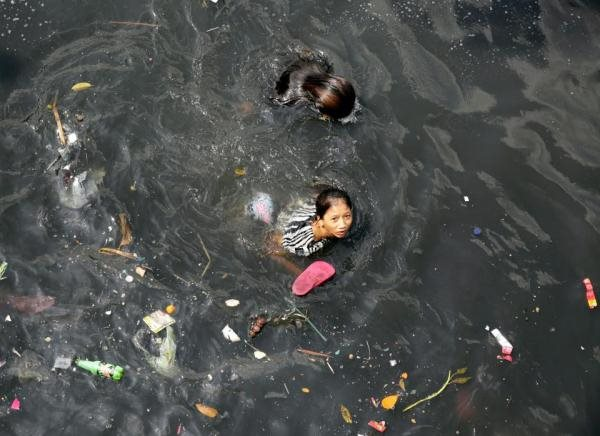 Ảnh sốc những cơn sóng rác ở Philipines