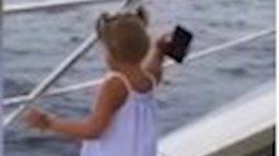 Con gái cá tính: Ném điện thoại của bố xuống biển vì bị ngó lơ