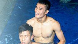 Sau chiến thắng với Nepal, các hot boy Olympic Việt Nam relax trong bồn nước đá