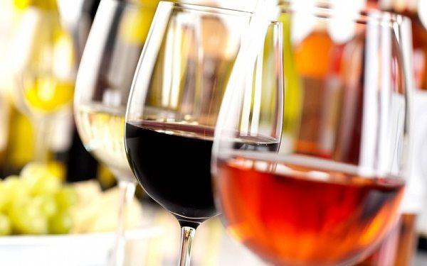 Rượu có thể khử nước trong cơ thể và khiến cho da bị thiếu độ ẩm hình ảnh