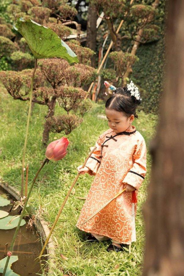 Lấy bối cảnh trong 1 khu vườn, tiểu Anh Lạc xuất hiện trong lần đầu tiến cung còn nhiều lạ lẫm, lo lắng. Thế nhưng cô nàng này đã lộ diện ở nhiều không gian cực giống hình ảnh trong Tử Cấm Thành ở phiên bản phim truyền hình.