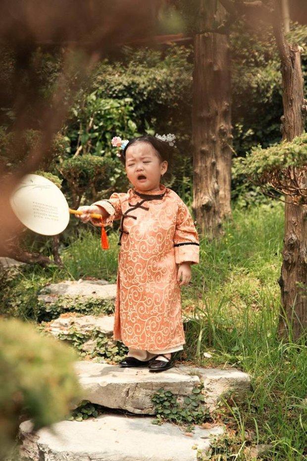Ngoài trang phục đúng chất và thần thái cực đáng yêu, người xem còn liên tục thả tim cho em bé này ở cả những khoảnh khắc tiểu Anh Lạc bật khóc.