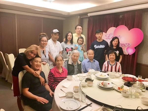 Đại gia đình hạnh phúc của Minh Tâm.