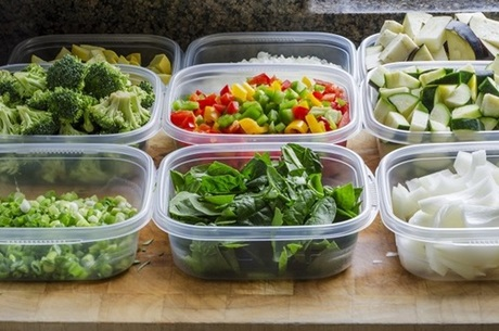 2. Hộp chứa thực phẩm bằng nhựa. Để làm hộp nhựa dẻo, một số nhà sản xuất thêm các hóa chất đặc biệt, có thể gây ra các vấn đề nghiêm trọng về sức khoẻ. Do đó, bạn cần từ bỏ thói quen bỏ tất cả thực phẩm trong các hộp nhựa.