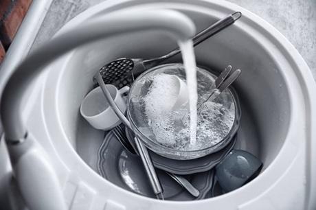 3. Bồn rửa bát. Nếu thực phẩm trong món ăn dính trong chậu rửa một thời gian, chúng sẽ bắt đầu tạo ra vùng sinh sản cho các vi khuẩn như Salmonella và nhiều loại khác. Do đó bạn nên vệ sinh bồn rửa bát thật sạch sẽ để hạn chế vi khuẩn gây hại cho sức khỏe.