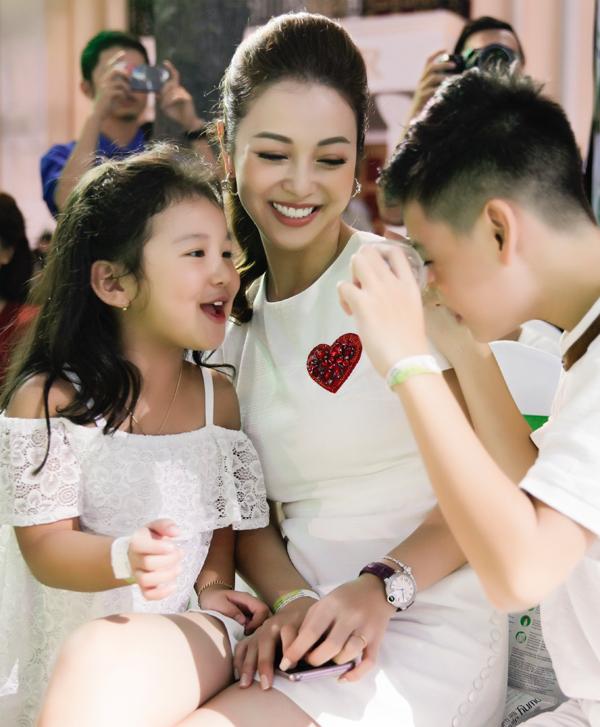 Nhóc tỳ đặc biệt quấn quýt bên hai em, bé Na và bé Nu. Jennifer Phạm tâm sự rằng, bé Na thường xuyên bắt nạt anh trai, trong khi Bảo Nam lại yêu thương, nhường nhịn các em.