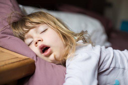 Trẻ nhỏ ngáy ngủ thường xuyên là dấu hiệu không tốt