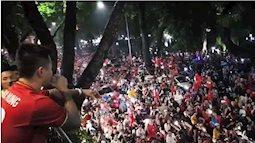 Bất kể trời mưa, Tuấn Hưng đứng trên ban công hát cổ vũ U23 VN