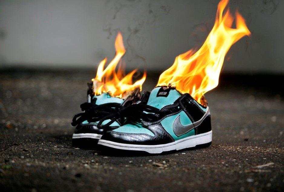 """Dân Mỹ đang """"sục sôi"""" đốt cháy và đòi tẩy chay Nike"""