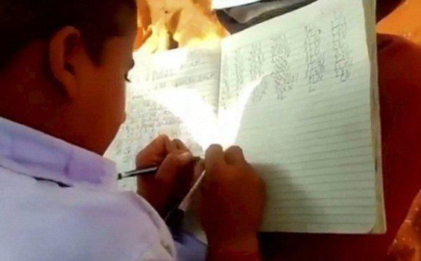 Kỳ lạ hơn 300 em học sinh ở Ấn Độ viết cùng lúc 2 tay, 2 thứ tiếng