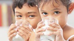 """Cha mẹ lo """"sốt vó"""" vì trường con áp dụng chương trình sữa học đường"""