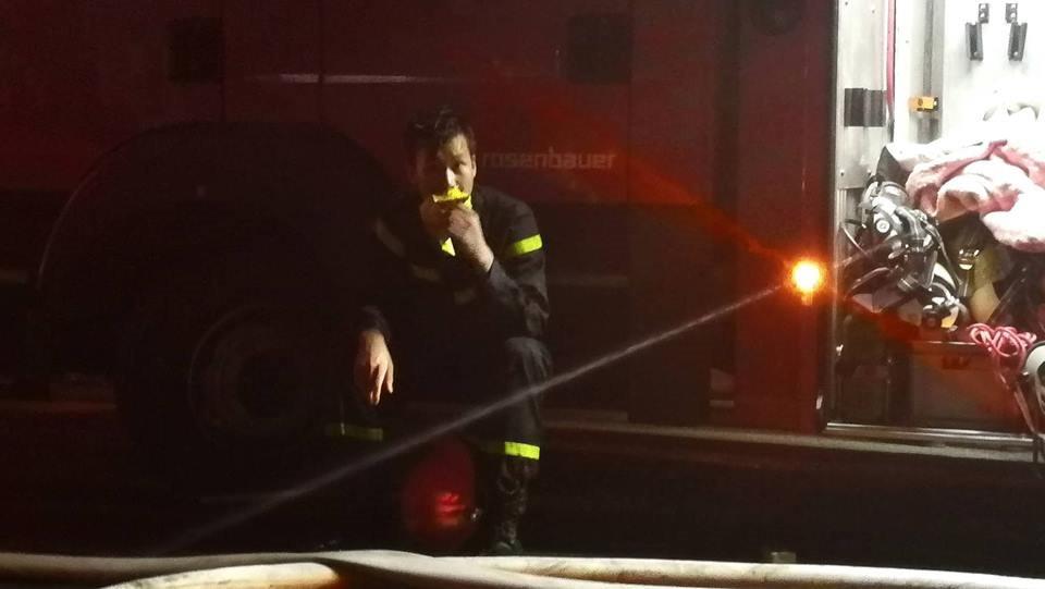 Hình ảnh đẹp của lính cứu hỏa khiến triệu người rưng rưng