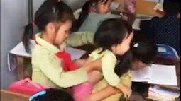 Tiếng khóc khát sữa của các em bé Nậm Chày theo chị đi học khiến cộng đồng xót xa