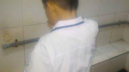 Học sinh bật khóc, nhịn tiểu vì nhà vệ sinh ở trường học quá bẩn