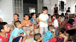 Dắt con đi từ thiện, mẹ trẻ tinh tế dạy con về lòng nhân ái