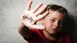 """Nạn bạo hành trẻ em: """"Giải oan"""" cho cha dượng, mẹ kế"""