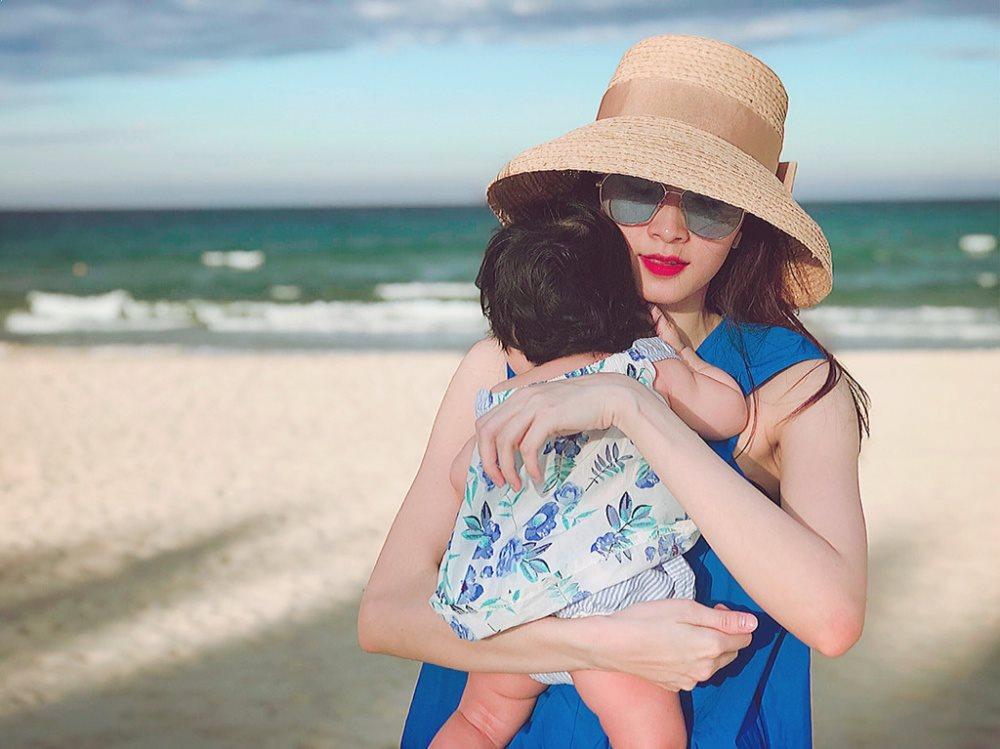 Hoa hậu Đặng Thu Thảo rạng ngời ở biển với chồng doanh nhân và con gái nhân kỷ niệm ngày cưới