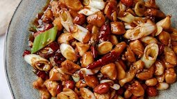 Tối nay hãy làm món gà rim lạc để nồi cơm hết veo trong phút mốt
