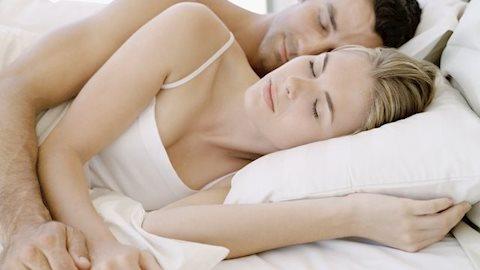 Đoán tình cảm vợ chồng qua cách ôm nhau ngủ