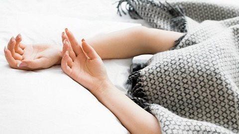 Thói quen ngủ trong tư thế trùm chăn kín đầu lợi bất cập hại