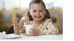 Cho con uống sữa đúng cách để bé không bị thừa cân