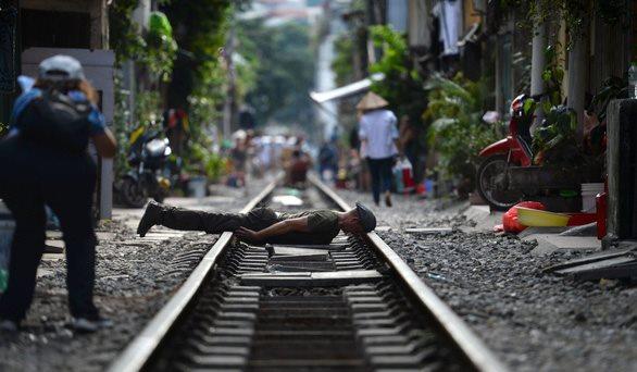 Đường sắt chạy qua phố cổ Hà Nội lung linh trên báo Pháp