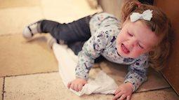 Bố mẹ cần làm gì nếu phát hiện ra trẻ nhỏ bị ngã từ trên giường xuống