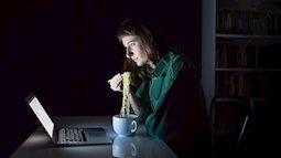 Cơ thể bạn sẽ bị tác động như thế nào nếu ăn tối quá muộn
