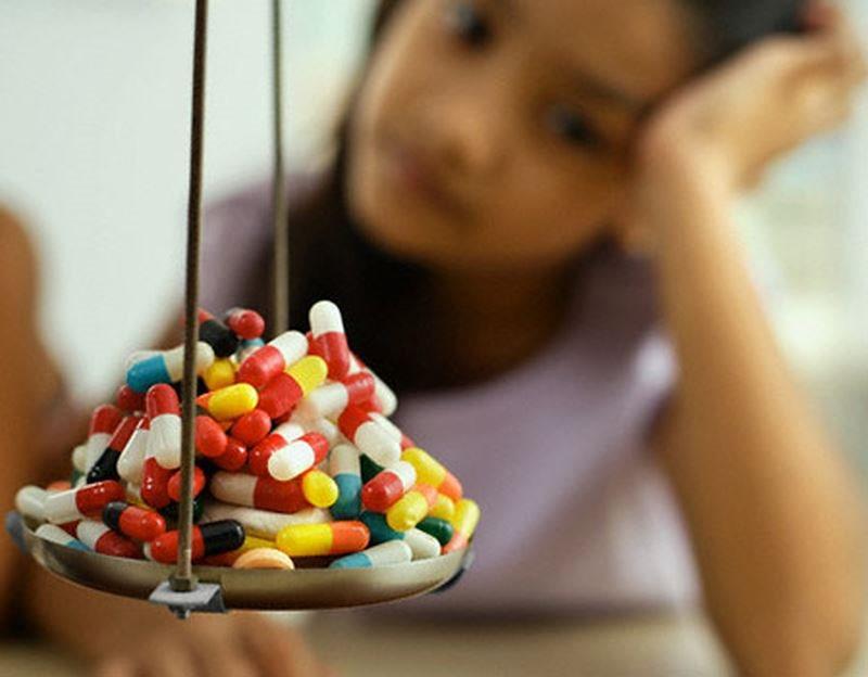 Viên sỏi có đường kính 6cm nằm trong túi mật, nguyên nhân là do uống thuốc nhiều hơn ăn cơm