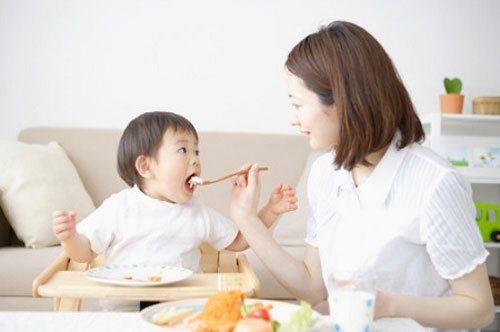 Trẻ dễ bị nhiễm vi khuẩn gây bệnh, bởi những thói quen sau của người lớn
