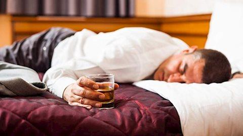 Đừng tưởng uống rượu vào là dễ ngủ, sự thật kinh khủng nhiều hơn bạn nghĩ