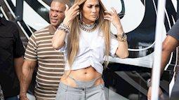 Không hiểu Jennifer Lopez diện quần áo kiểu gì mà ai cũng lắc đầu