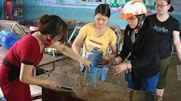Các thầy cô giáo cùng nhau xúc bùn đất dọn dẹp trường trong ngày lễ tôn vinh