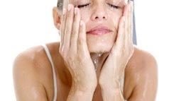 Giật mình khi bác sĩ da liễu công bố 70 % chị em chưa biết rửa mặt đúng cách