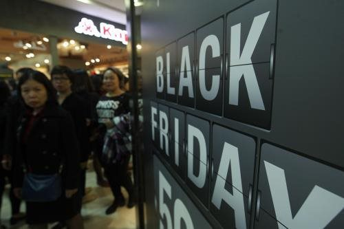 Black Friday: Ăn mì tôm cả tháng để dành tiền mua sắm là có thật